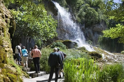 Personne à mobilité réduite Jardin des Fontaines Pétrifiantes